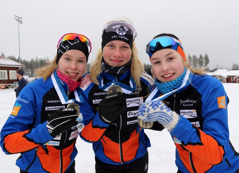 Iida Vuollet, Ella Himanka ja Sanni Vuollet saivat Kontiolahdelta tuliaisiksi pronssiset viestimitalit.