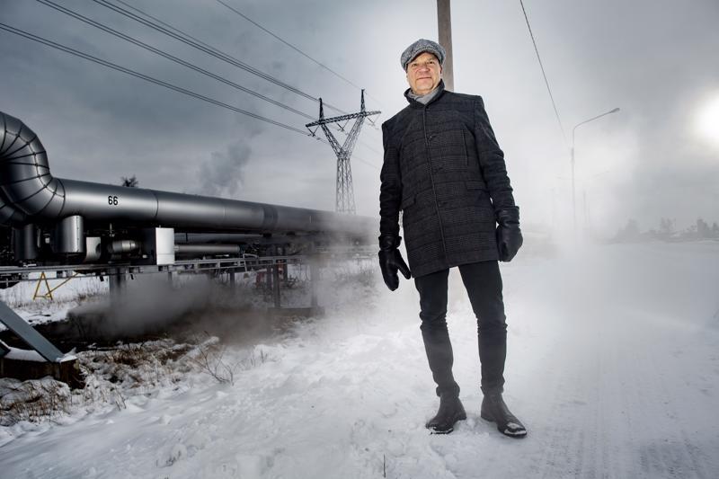 Keliber Oy:n toimitusjohtaja Pertti Lamberg suurteollisuusalueella Kokkolan Ykspihlajassa. Takana olevalle alueelle suunnitellaan akkukemikaalitehdasta.