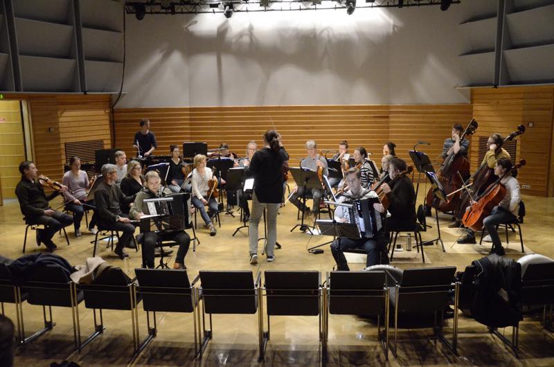 Kamariorkesteri ja solistit harjoituksissa päivää ennen konserttia.