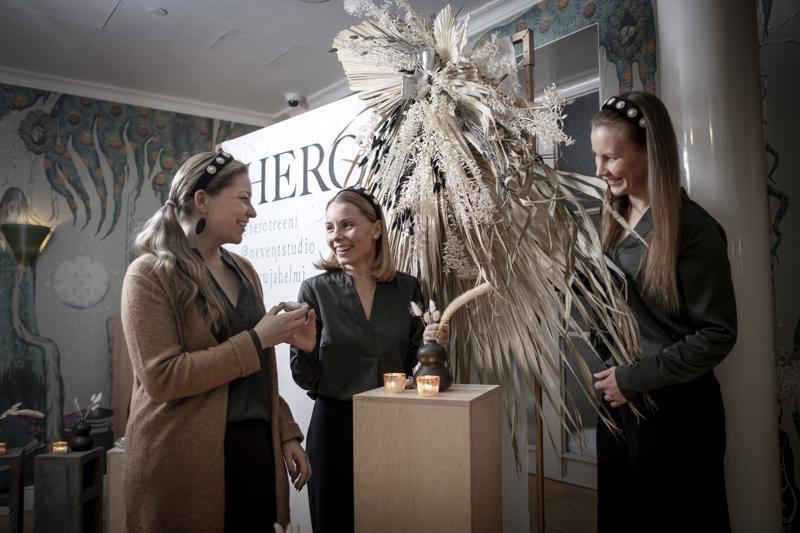 Kahdesta kolmeksi. Krista Ahonen (keskellä) aloitti Jenni Hukkasen ja Hannele Halmeen yrityksessä marraskuussa. Viime viikolla kolmikko järjesti hyvinvointivalmentaja Nanna Karalahden aamiaistilaisuuden Helsingissä.