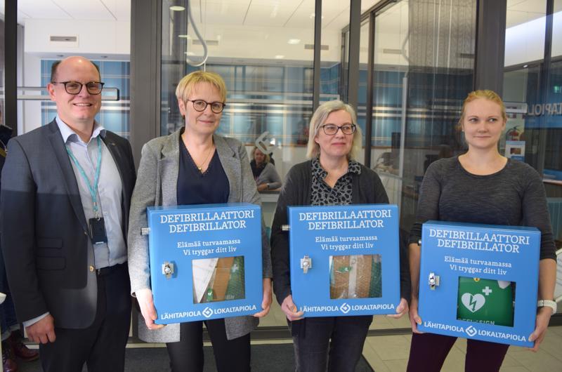 Seudun tuoreimmat defibrillaattorit on vastaanotettu, ja ne löytyvät nyt Teerijärven Salesta (Janika Viiperi, oik.), Luodon Holmista (Maria Peltomaa) ja Pedersören kunnantalolta Pännäisissä (Yvonne Liljedahl-Lund). LähiTapiola Pohjanmaan toimitusjohtaja Pasi Haarala kertoo, että tarkoitus on lisätä paikallista turvallisuutta, ja sijoituspaikat on valittu pelastuslaitoksen kanssa yhteistyössä.