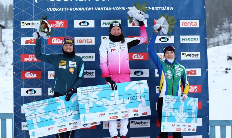 Tiia Olkkonen (oikealla) on tällä kaudella noussut palkintokorokkeelle myös naisten pääsarjassa. Rovaniemen Suomen Cupin sprintissä hänen edellään olivat vain Johanna Matintalo ja Kerttu Niskanen.