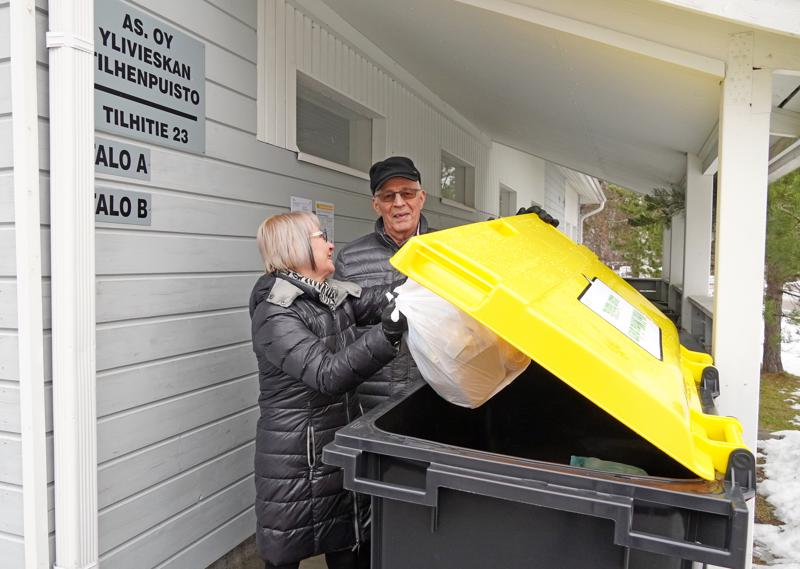 Tilhenpuiston asukkaat Liisa Lehto-Peippo ja Aimo Pudas ovat heti ottaneet käyttöön taloyhtiön pihaan ilmestyneen keltakantisen muovinkeräysastian.