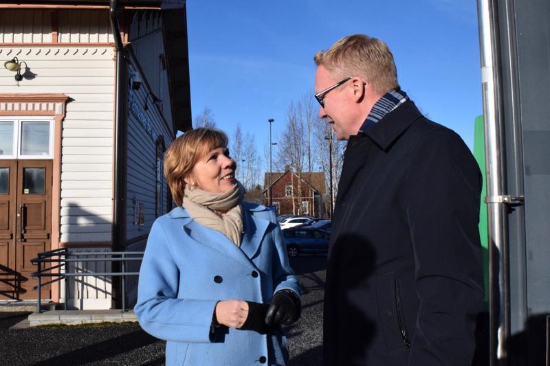 VR:n toimitusjohtaja Rolf Jansson vieraili maanantaina Pietarsaaressa oikeusministeri Anna-Maja Henrikssonin (r.) kutsusta.