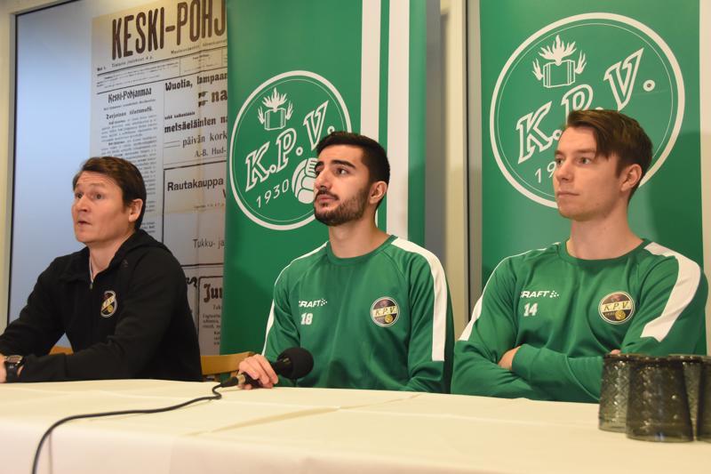 Valmentaja Jani Uotinen, laitapakki Honar Abdi ja kärkimies Aleksi  Tarvonen ovat tyytyväisiä KPV:n viimeisimpään esitykseen.