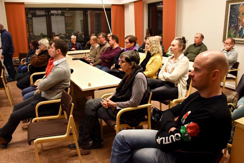 Valtuuston kokousta oli paikan päällä seuraamassa noin 25 hengen yleisö.