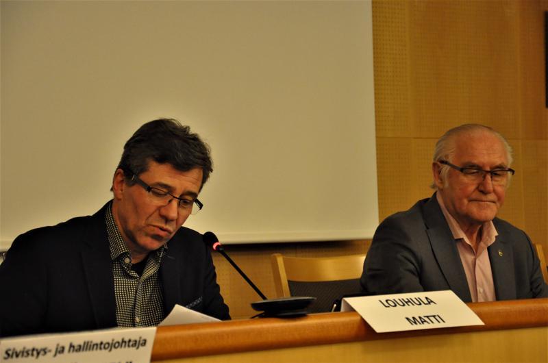 Perhon kunnanvaltuuston ensimmäinen varapuheenjohtaja Matti Louhula kuljettaa kokousta eteenpäin vierellään kunnanhallituksen puheenjohtaja Antti Hietaniemi.