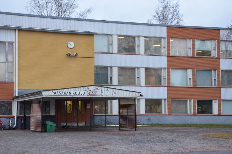 Raasakan koulu on valmistunut vuonna 1960, eikä kiinteistölle ole tehty suurempia saneerauksia.