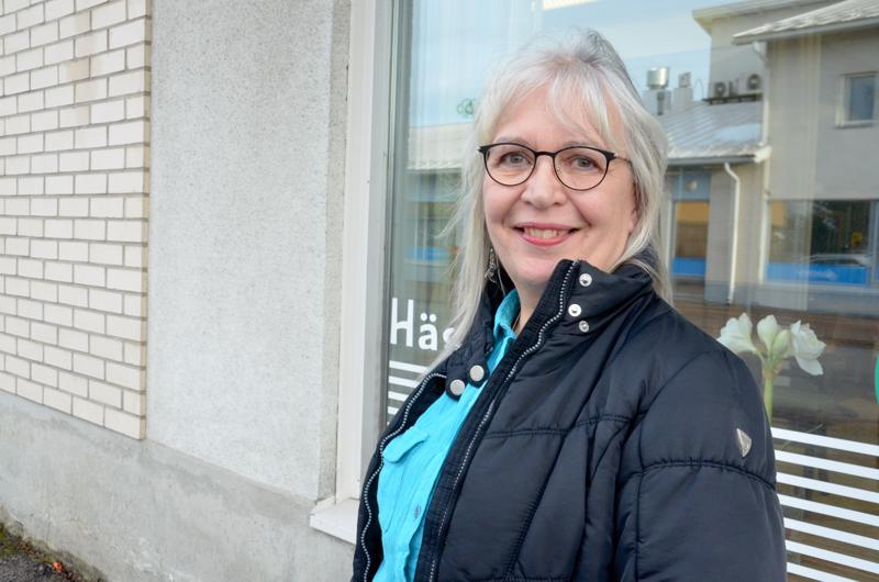 Aamuvirkkujen teatteriryhmän jäsen Eeva Hannula asuu paluumuuttajana synnyinkaupungissaan Ylivieskassa. Häntä ilahduttaa kaupungin voimakas kulttuuritarjonta.