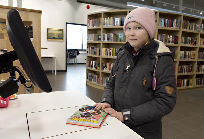 Miisa Alajoki käy kirjastossa joka viikko.