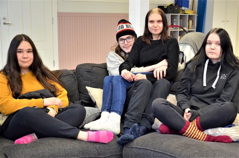 Sinna Uusimäki, Veeti Niemi, Sonja Mikkola ja Iida-Maria Argillander ovat viihtyneet hyvin Raudaskylän kymppiluokalla.