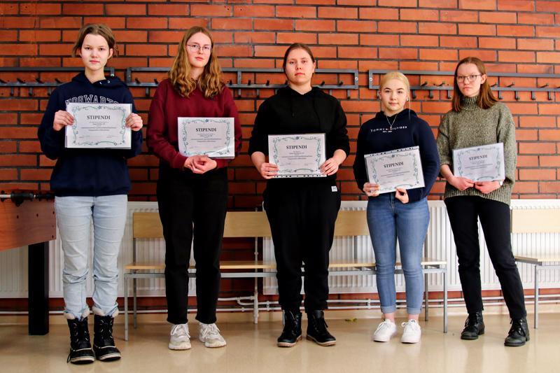 Kuvassa matematiikka kisassa palkitut vasemmalta lukien 7. luokan paras Aasa Kollin, 8. luokan paras Milja Översti sekä 9. luokan kärkikolmikko Saara Kyröläinen, Sara Nykänen ja Elena Niemelä.