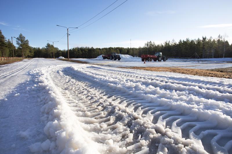 Kisajärjestäjät taistelevat Kalajoen hiihtomajalla olosuhteita vastaan ja pistävät latupohjia kuntoon viikonlopun isoja kisoja varten.