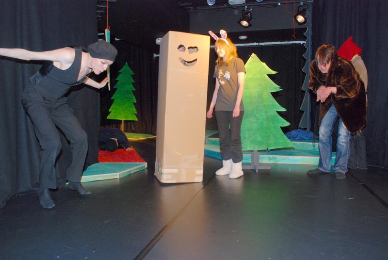 Opiston teatterilinja esitti Jäniksen vuosi -näytelmää teknologiakylän uudessa studioteatterissa.