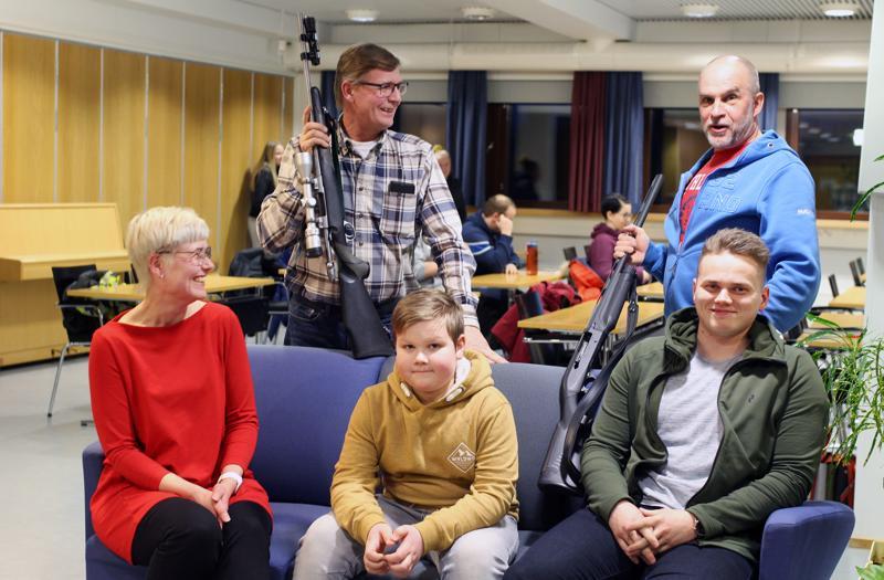 Heidi Forsell haluaa sorsan pyyntiin, Niilo Korkiala hirvijahtiin ja Timo Niemi uuden harrastuksen pariin. Ari Muuraiskangas ja Sakari Hietala pitivät maanantaina huolen siitä, että uudet metsästäjäkokelaat oppivat kaiken tarpeellisen aseista ja patruunoista.