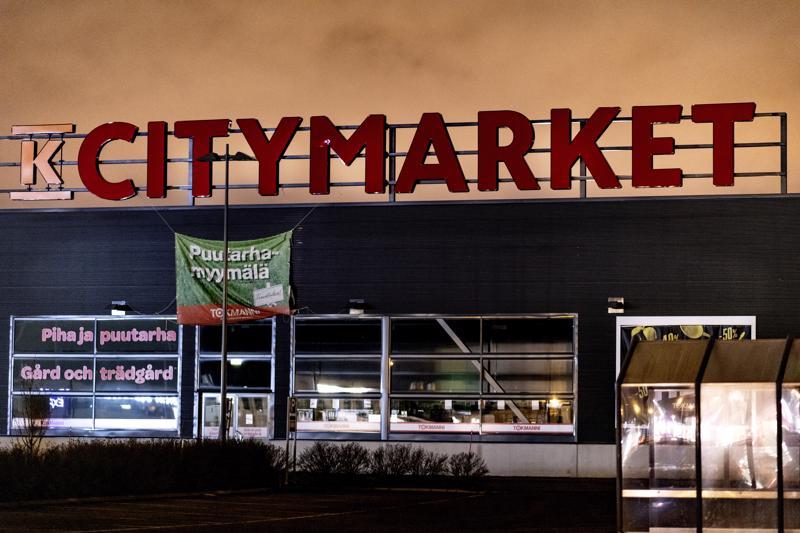 Valtavat mainosvalot Kokkolan K-Citymarketin katolla sammuvat yöksi. Taustalla näkyy kaupungin keskustan sähkövaloista taivaalle kimpoileva valosaaste.