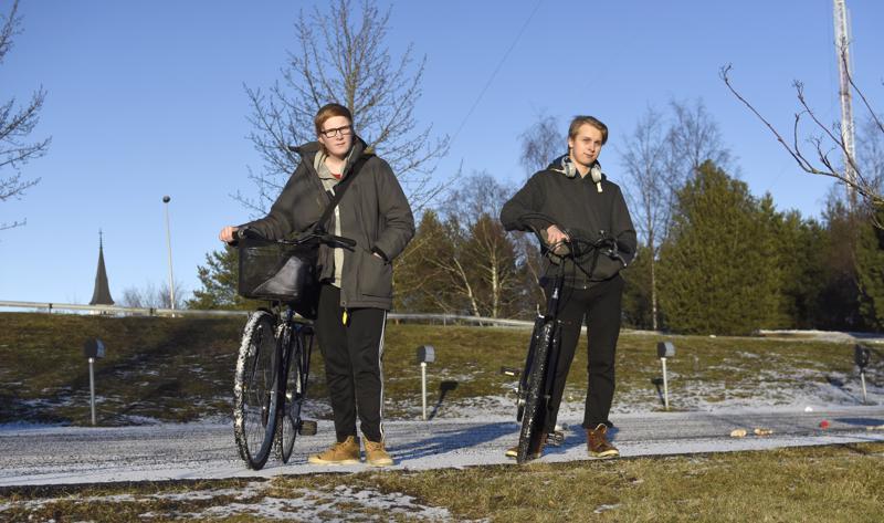"""Tenho Niska ja Tico Tarvainen """"Hattuhyllyllä"""" eli Prisman pysäköintialueen ylätasanteella."""