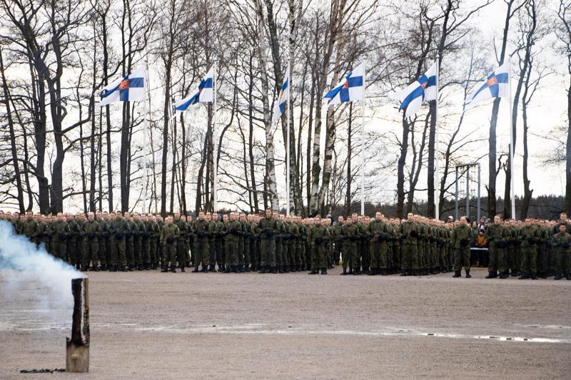 Rannikkoprikaatin sotilasvala vannottiin meren äärellä. Tilaisuus oli alokkaiden ja heidän läheistensä maanpuolustusjuhla, joka kokosi yhteen useita sukupolvia.