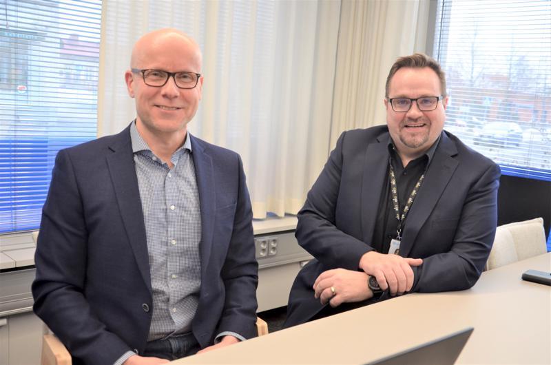 Lähitapiola Pohjoisen hallintojohtaja Arto Turunen ja Ylivieskan vastuuesimies, myyntijohtaja Jari Murto ovat tyytyväisiä viime vuoteen. Vakuutuskorvausten lisääntyminen kertoo paikallistalouden toimeliaisuudesta ja asiakasmäärän kasvusta.