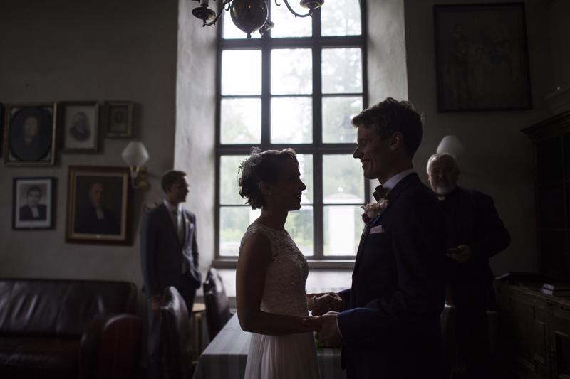 Kirkossa avioliittoon vihittävien on oltava rippikoulun käyneitä kirkon jäseniä. Maistraatissa jo solmittu avioliitto voidaan siunata kirkossa.