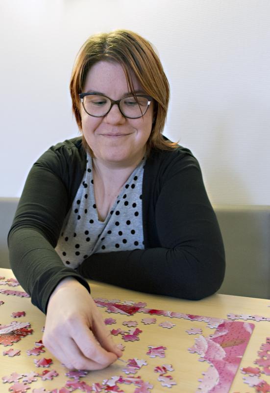 Heli-Leena tykkää palapeleistä. Hänen  työpaikallaan kaupungintalolla on kahviossa palapeli,  jota kaikki työntekijät saavat tehdä kahvitunnilla.
