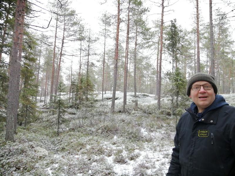 Esa Fagerholm rakkaimmassa rentoutumispaikassaan eli Tornbergetin kituliaan männikön rauhassa.