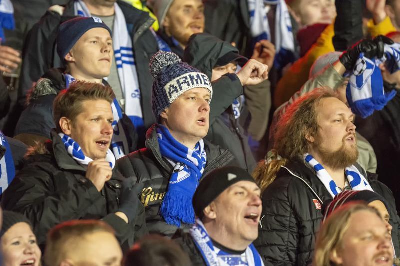 Timi Rokka (keskellä pipo päässä) jännitti Huuhkajien Liechtenstein-ottelua muiden fanien kanssa.