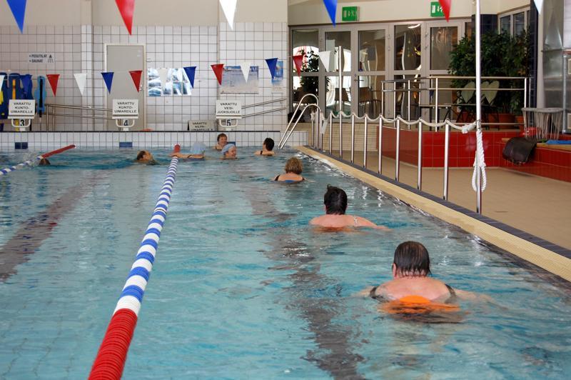 Uimahallin muilta käyttäjiltä on tullut toiveita, että kaikki radat olisivat iltaisin muiden kuin uimaseurojen käytössä.