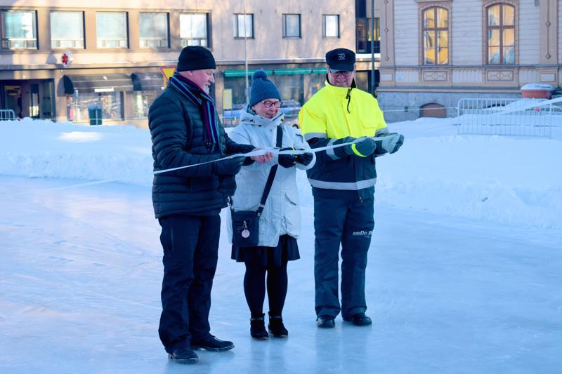 Pietarsaaren kaupunginjohtaja Kristina Stenman tavoittelee yhdenvertaisuusvaltuutetun virkaa. Kuvassa hän avaa Pietarsaaren talvitorin pari vuotta sitten yhdessä Alerten toimitusjohtajan Håkan Forssin ja kaupunginvaltuutettu Jarmo Ittosen kanssa.