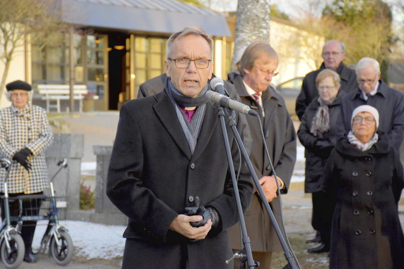 Piispa Björn Vikström siunasi Pietarsaaressa vuonna 1918 teloitetut hautaan lokakuussa 2018.