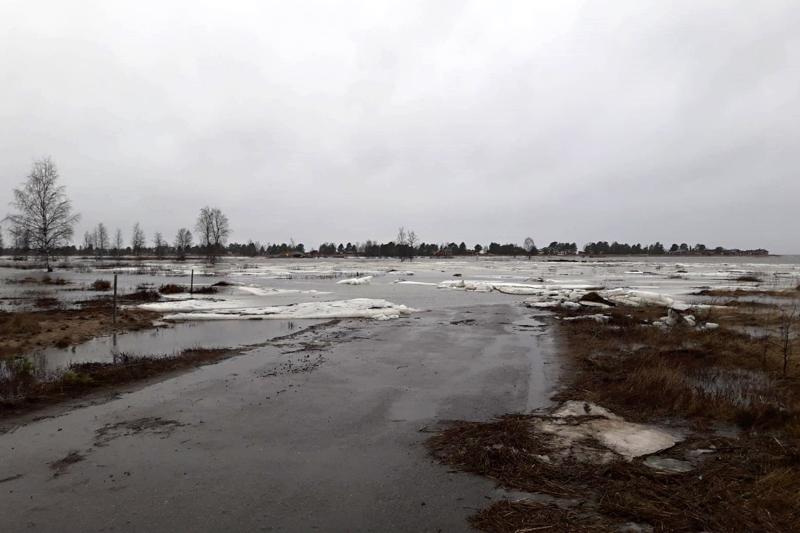 Kalajoen Letolla Vihaspauhan edustalla korkealle noussut merivesi katkaisi mökkitien perjantaina.
