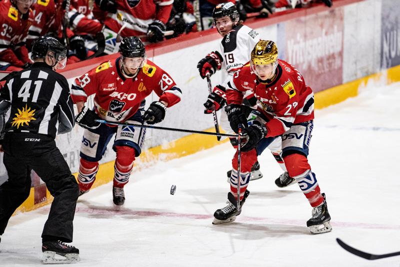 Samu Markkula (vas.) ja Eetu Paasovaara hyökkäävät kohti Jokipoikien maalia. Taustalla vieraiden Jonne Brygger.