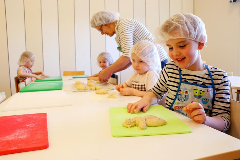 Noel Luomala, 6, leipoi pullamartan sen kunniaksi, että Kautisen marttoja oli lasten kanssa päiväkodilla leipomassa.