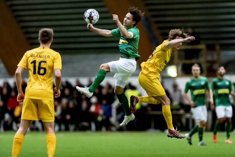 KPV:n Sebastian Mannström (kesk.) hakee jatkopaikkaa jalkapallon Suomen cupissa.