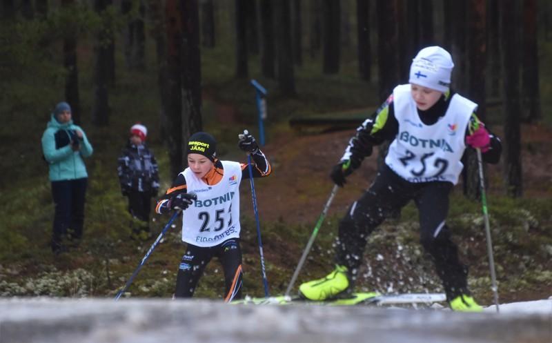 Santtu Mylläri Teuvalta ja Väinö Kurttila Utajärveltä kapusivat mäkeä ylös lauantaina Koululiikuntaliiton mestaruuskilpailuissa Kalajoella.