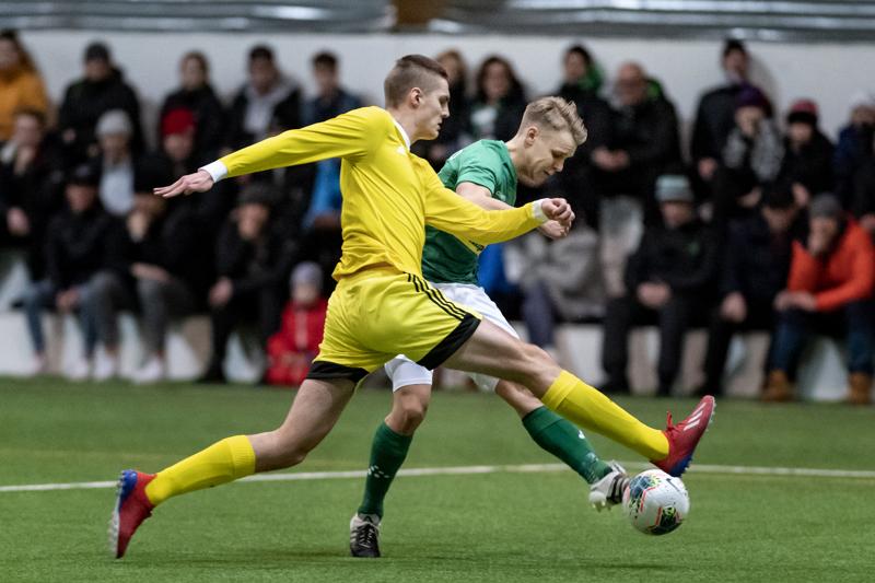 AC Kajaanin todella pitkä Mikko Pitkänen peitti KPV:n Aleksi Pahkasalon aikeet.