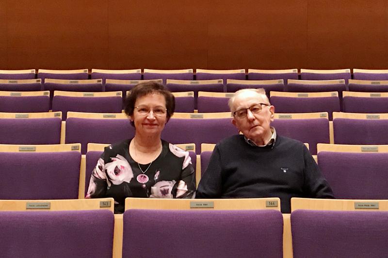 Akustiikan kannatusyhdistyksen perustajajäsenet Kaisa Haapakoski ja Tapio Hanhineva myivät aktiivisesti tuoleja Akustiikan rahoittamiseksi. Nyt he ovat tyytyväisiä, kun kannatusyhdistyksen vastuulleen ottama velka kuittaantuu tänä vuonna.