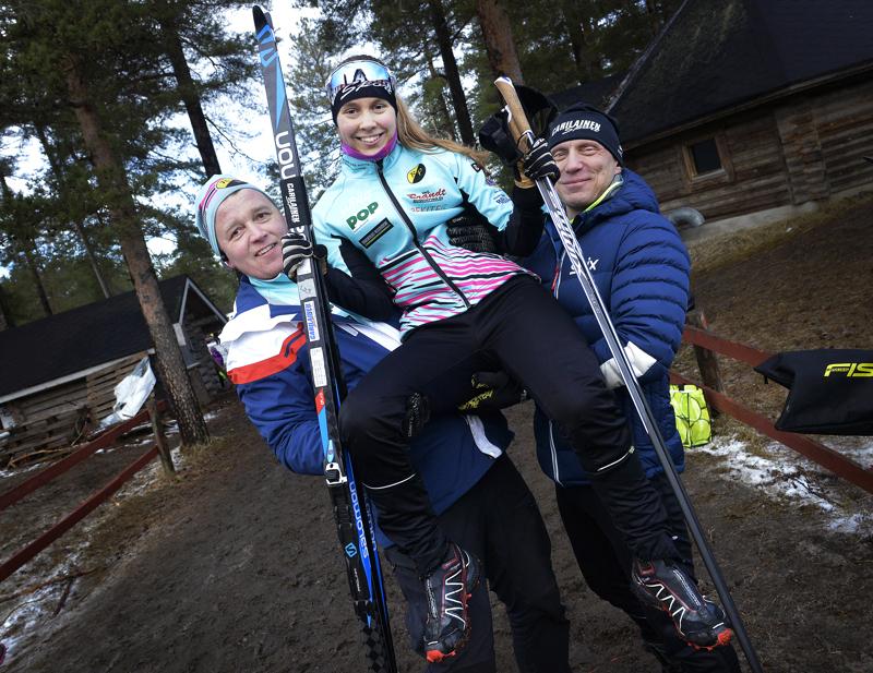 Peppi Leppälä Reisjärveltä voitti kaksi mestaruutta Koululiikuntaliiton mestaruuskilpailuissa Kalajoella. Leppälän ilmaan maalialueella nostivat Kimmo Parkkila (vas.) ja isä Teemu Leppälä.