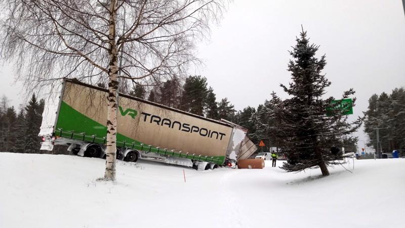 Yhdistelmäajoneuvo kaatui ojaan Kaustisella maanantaiaamuna.