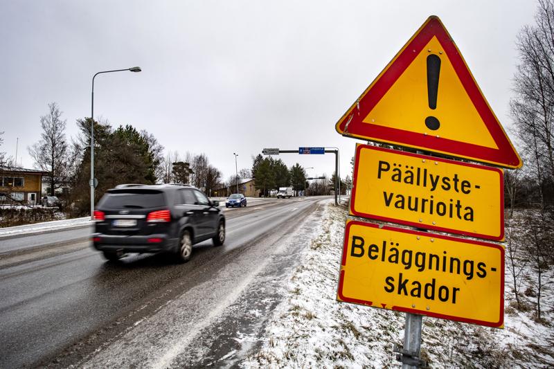Liikennemerkki varoittaa repeytyneestä tienpinnasta niin sanotun Närvilän rampin kohdalla Kokkolassa.