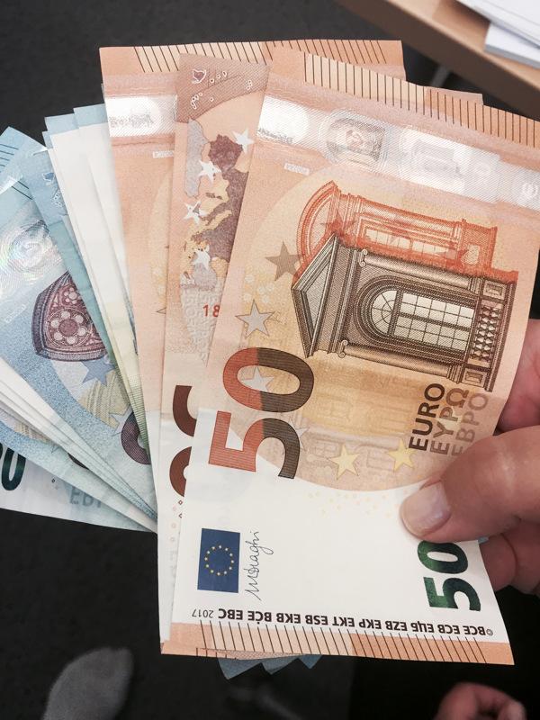 Rahat löytänyt mies kertoi nipussa olleen ainakin 20 ja 50 euron seteleitä.