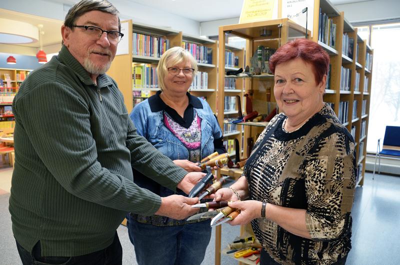 Tapio Haapakoski, Margit Verronen-Haapakoski ja Inkeri Häivälä tekevät puukkoja käyttöön ja antavat niitä lahjaksi lähisuvulle.