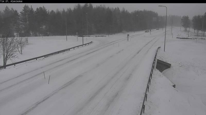 Savontie Ylivieskassa Raudaskylän suuntaan oli maanantaina iltapäivällä puoli viiden aikaan melko lumisessa kunnossa.