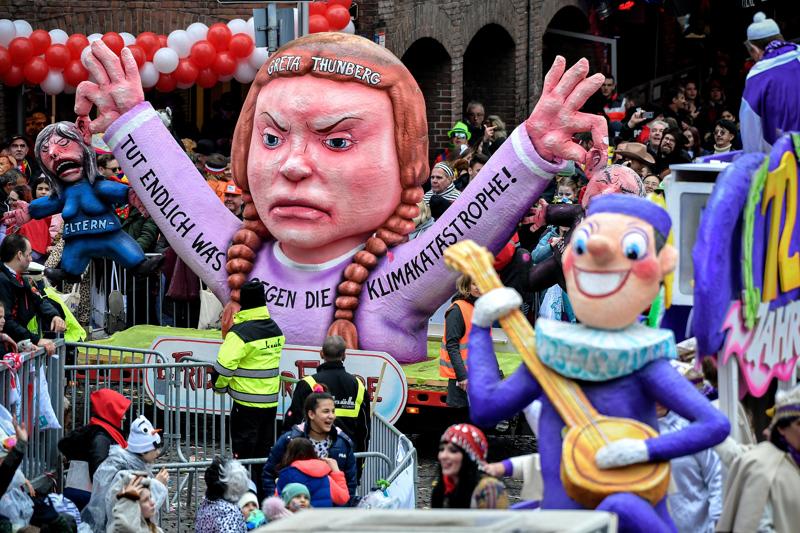 """Saksan Düsseldorfissa pidetyssä """"ruusumaanantain"""" karnevaaliparaatissa oli esillä ilmastoaktivisti Greta Thunbergia esittävä hahmo. Volkmarsenissa yliajaja ajoi saksalaismedian mukaan tahallaan poliisin eristämälle paraatialueelle."""