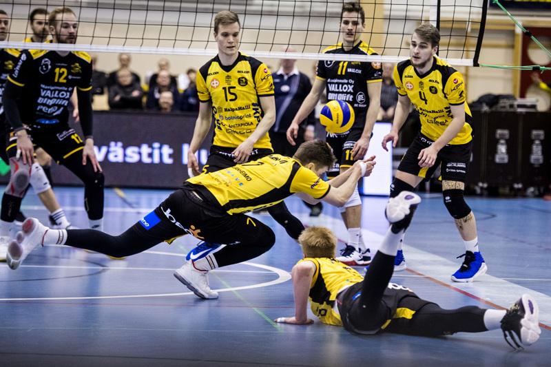 Pari viikkoa sitten Hurrikaani haki pisteet Kokkolasta. Anton Välimaa (oik) ja Rami Rekomaa seurasivat, kun Jere Mäkinen ja Oskari Keskinen yrittivät nostaa palloa peliin.