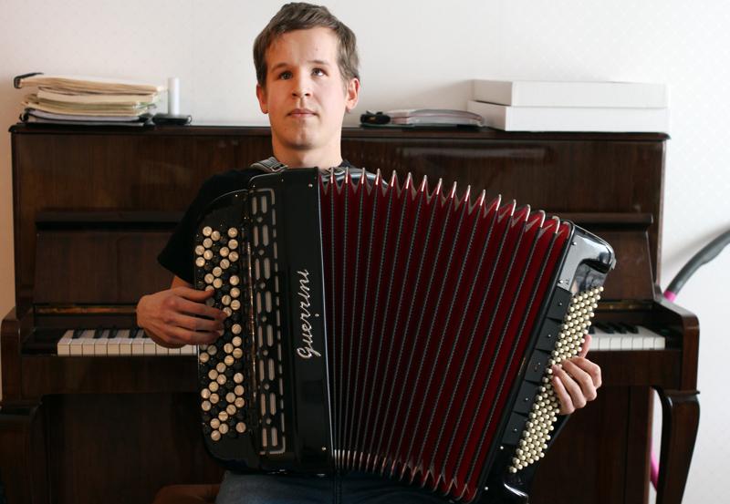 Joona Syri soittaa haitaria omaksi ilokseen. Sen virittämiseen pianonvirittäjän taidot eivät kuitenkaan riitä.