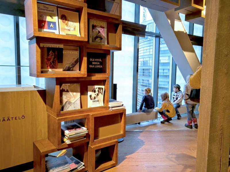 Kampin kauppakeskuksen neljännen kerroksen japanilainen lifestyle-myymälä käyttää taustamusiikkinaan suomalaista perinnemusiikkia.