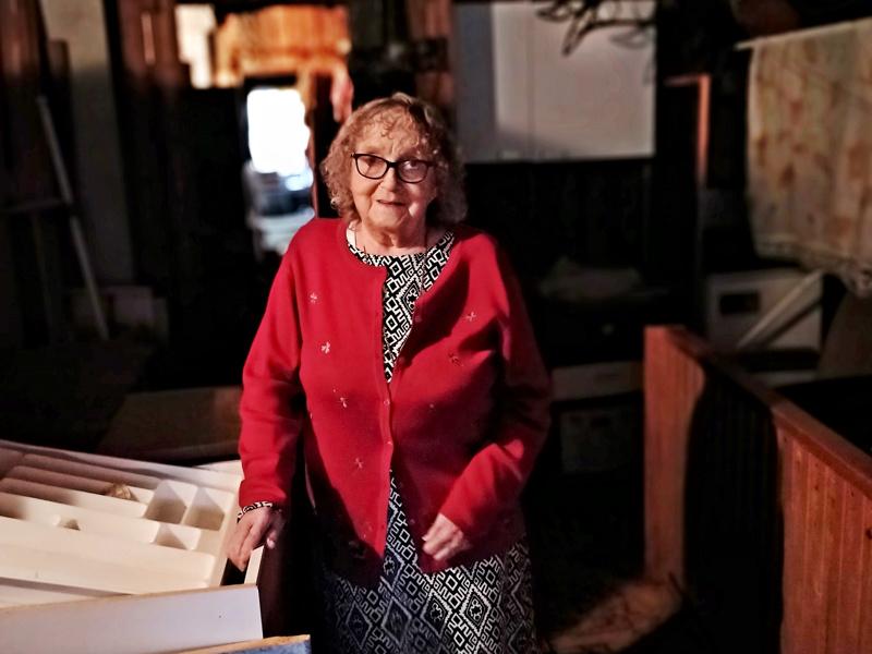 """- Kun tunnen """"Isohousun"""" läsnäolon ullakolla tai alakerrassa  tai kuulen paukuttelua, sanon ääneen, että mitäs Isohousu, ei sinua kukaan pelkää, mene vain tarkastuskierrokselle - tai mieluiten jatka matkaasi yläilmoihin, kertoo Liisa Karjalainen."""