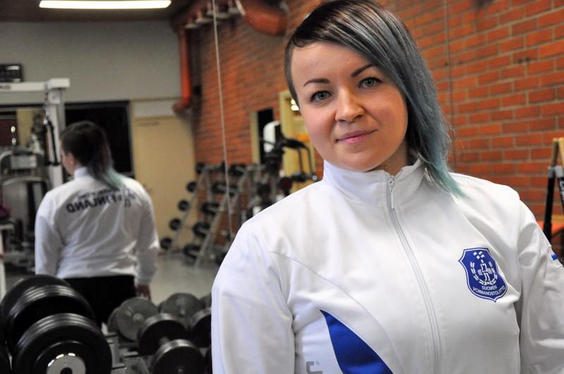 Anette Tunkkari voitti tiukan kilpailun jälkeen klassisen penkkipunnerruksen Suomen mestaruuden Salossa.