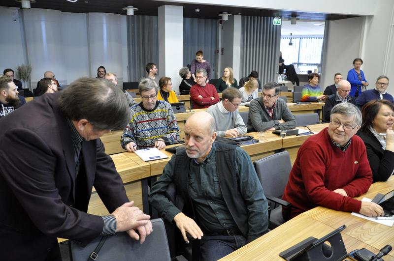 Ylivieskan kaupunginvaltuusto äänesti 3. helmikuuta Hinku-fooruumiin liittymisen puolesta. Etualalla keskustelemassa Alpo Löytynoja ja Markus Jaatinen, jonka vieressä Jouko Ylimäki ja Kati Marjakangas.